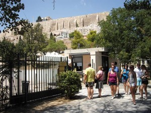 In early August the Education, Religions, Culture and Sport Ministry announced the official extension of opening hours for Greek museums and archaeological sites for the summer season (May-October), following the hiring of seasonal staff to carry out double shifts.