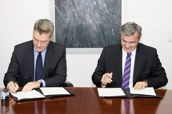 AIA General Manager Yiannis Parashis and GNTO President Nicolas Kanellopoulos during the signing of the memorandum of cooperation last month.