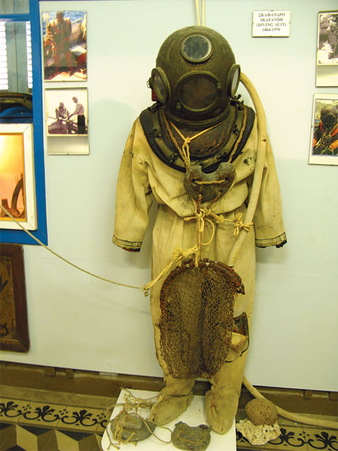 "The standard diving suit or Skafandro, which replaced the ""skin diving"" method, which was introduced in the mid 1800's. Sponge diving brought wealth to the island but also caused casualties due to decompression sickness soon after the standard suit was introduced. According to research, between 1886 and 1910, some 10,000 divers died and 20,000 were disabled."
