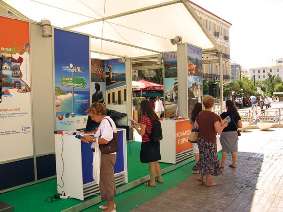 """In a fully equipped venue, Athenians and visitors to the capital were informed in regards to the advantages of the prefecture's destinations, received promotional material and made """"web visits"""" to the prefectures updated website, within the """"Turn to the Argosaronic"""" campaign."""