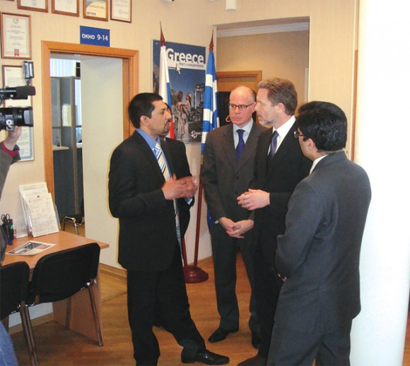 Culture and Tourism Minister Pavlos Geroulanos and General Consul Ioannis Plotas (center) at the Moscow visa center.
