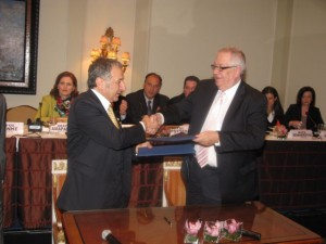The president of the Association of Turkish Travel Agencies (TÜRSAB), Başaran Ulusoy and HATTA's president, Yiorgos Telonis, shake hands after signing the Memorandum of Cooperation.