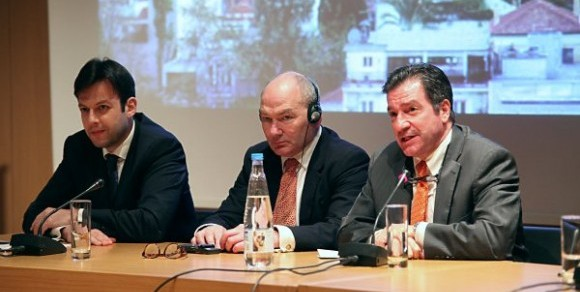 Από δεξιά: Γιώργος Καμίνης, Tom Jenkins, Γιώργος Μπρούλιας