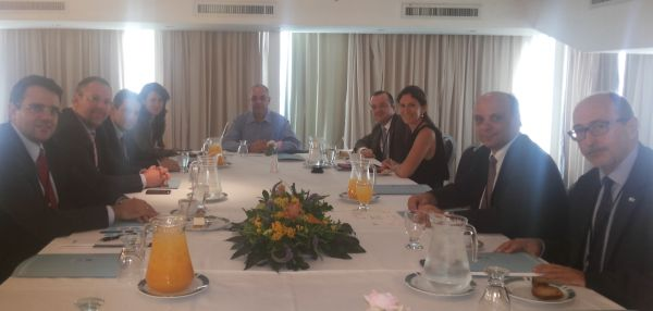 The managing director of the Israel Travel Agents Association, Yossi Fatael (center), during his meeting with Greek tourism professionals and representatives of leading investment companies.