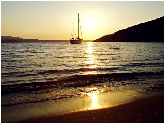 Schinoussa, Tsigouri sunset on the seaside. Photo © Facebook - ΟΙ ΟΜΟΡΦΙΕΣ ΤΗΣ ΕΛΛΑΔΑΣ ΜΑΣ