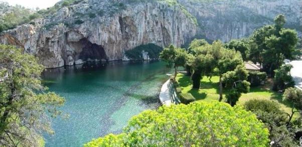 Vouliagmeni lake. Photo © Facebook - ΟΙ ΟΜΟΡΦΙΕΣ ΤΗΣ ΕΛΛΑΔΑΣ ΜΑΣ