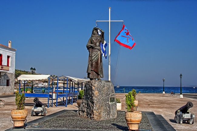 Statue of Bouboulina at the port of Spetses. Photo © Vangelis Vlachos, Wikimedia Commons