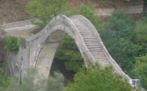 The stone arch Plaka bridge. Photo © Facebook - ΟΙ ΟΜΟΡΦΙΕΣ ΤΗΣ ΕΛΛΑΔΑΣ ΜΑΣ