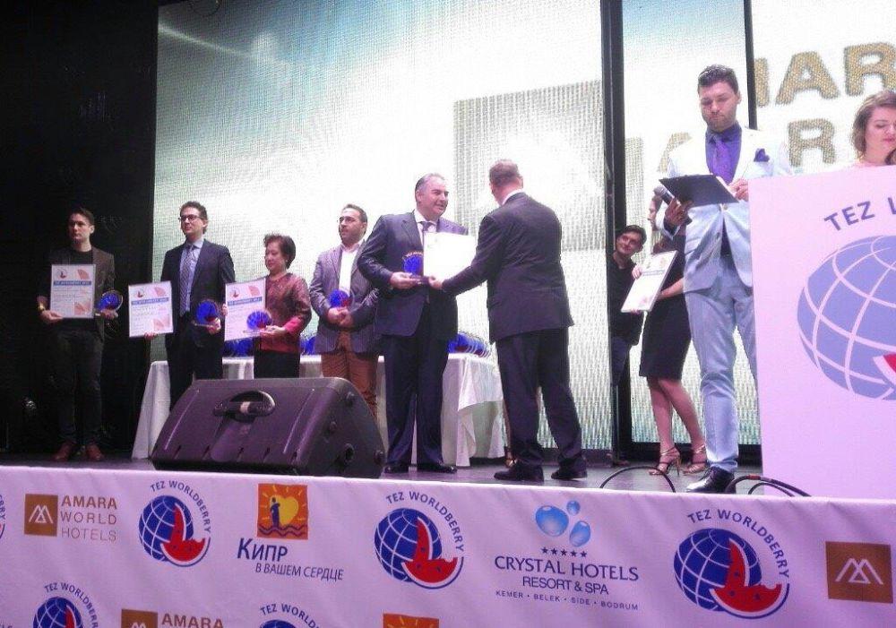 Tourism advisor for the Region of Crete Mihalis Vamiedakis receiving the TEZ Worldberry 2014 Award.