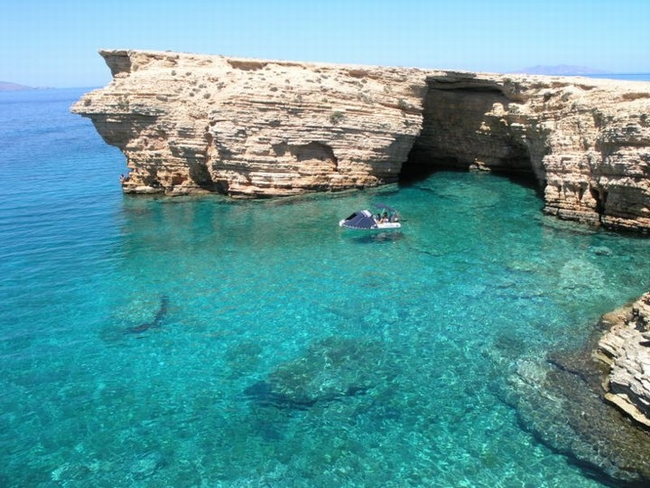 Sea caves at Koufonissi. Photo © Facebook - ΟΙ ΟΜΟΡΦΙΕΣ ΤΗΣ ΕΛΛΑΔΑΣ ΜΑΣ