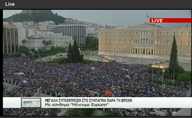 "Over 20.000 Greeks said YES to the euro at the event held by ""Yes to Greece, Yes to the euro"" committee. Photo source: Facebook page ""ΝΑΙ στο ΕΥΡΩ"""