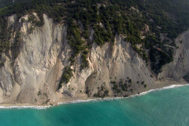 Egremni beach, Lefkada, has vanished following a 6.1 Richter earthquake. Photo: © Eurokinissi /Αντώνης Νικολακόπουλος