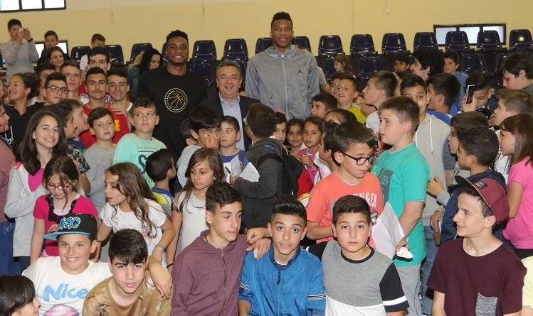 The Antetokounmpo brothers Giannis and Thanasis with Stavros Arnaoutakis, Governor of Crete Region, and young fans.