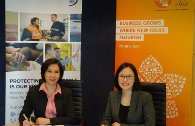 Juliana Gim, Managing Director of International SOS Singapore and Katrina Leung, Executive Director of Messe Berlin (Singapore) at the official signing ceremony.