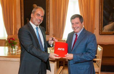 Avis Hellas' managing director, Andreas Taprantzis handing Athens Mayor Giorgos Kaminis the key to the vehicle which is to be used by the Municipality for the transport of first aid supplies to refugees.