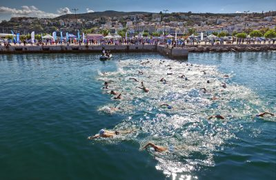 Η εντυπωσιακή εκκίνηση των κολυμβητών του Navarino Challenge αφήνοντας πίσως τους το πανέμορφο λιμάνι της Πύλου (photo credit: Loukas Hapsis).