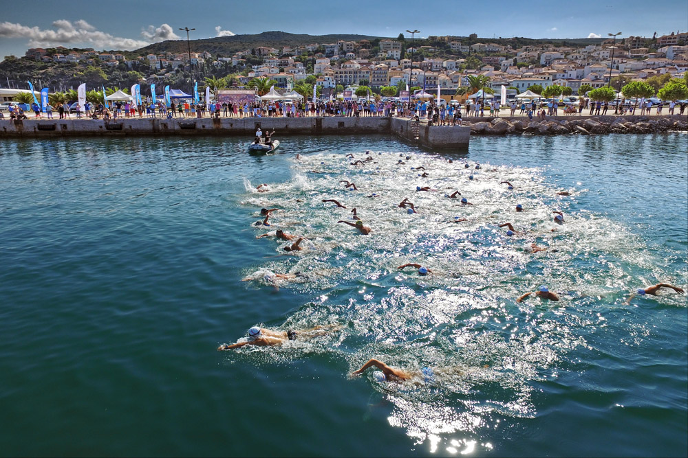 Impressive start of the swimmers of Navarino Challenge leaving behind the picturesque port of Pylos (photo credit: Loukas Hapsis).