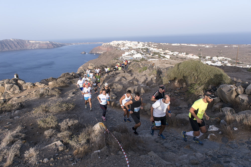 Impressive moment of the runners in Santorini Experience 2016 Photo © Vangelis Patsialos