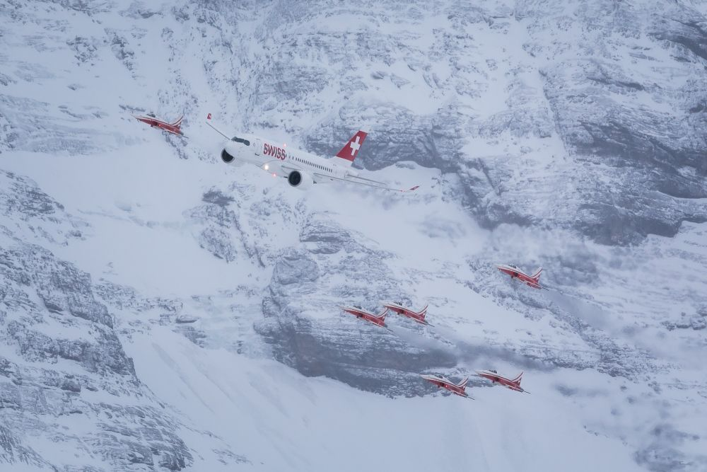 SWISS performed a spectacular flypast on Thursday over the famous Lauberhorn ski race course escorted by the Swiss Air Force's display team, the Patrouille Suisse. The event was a Lauberhorn flypast début for the Bombardier CS100, SWISS's advanced new short- and medium-haul twinjet.