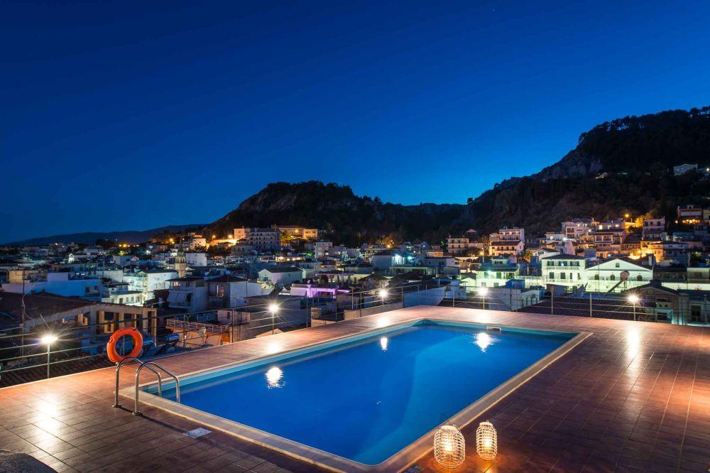 Exterior rooftop pool, view to the sea. Photo by Nick Kontostavlakis Photography / © Strada Marina Hotel