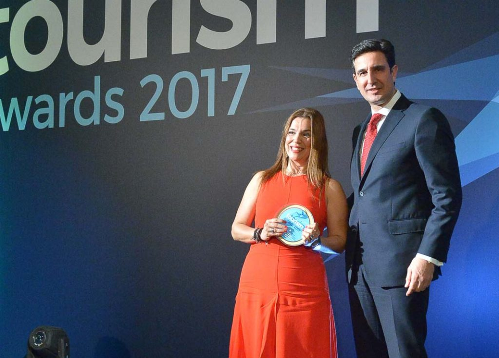 Mandy Kalliontzi, commercial director of Aldemar Resorts and active member of the Sympossio event receiving the Tourism Award 2017 from the secretary general of the Greek National Tourism Organization, Dimitris Tryfonopoulos.