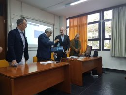 Professor Periklis Lytras, director of the post-graduate Innovation and Entrepreneurship in Tourism program, giving a commemorative gift to Hellenic Hotel Federation President Yiannis Retsos.