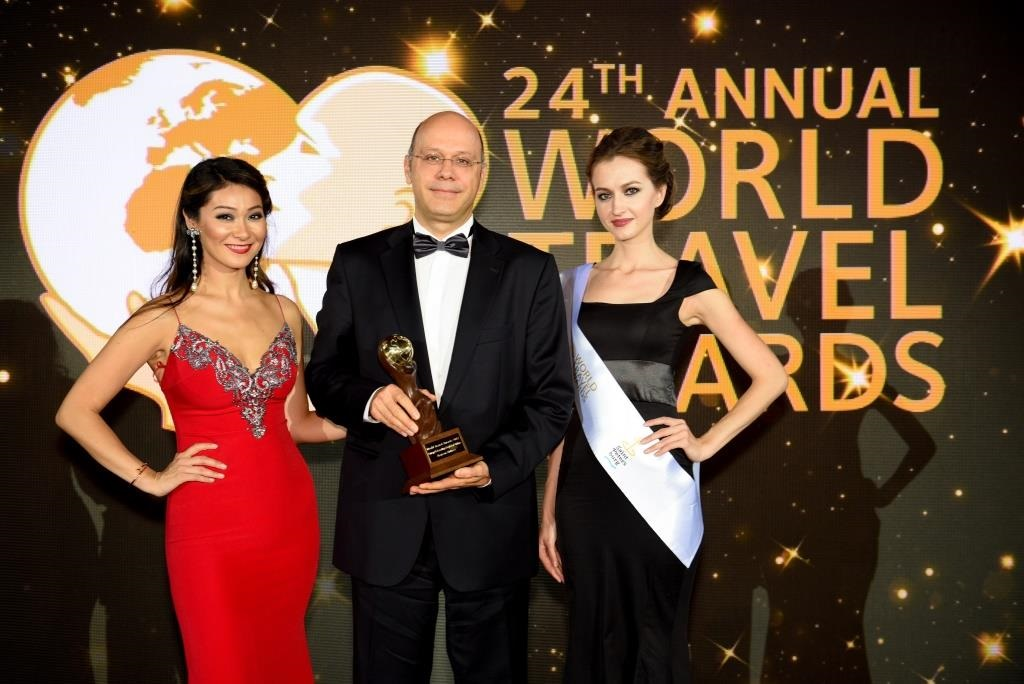 Roland Jaggi, AEGEAN director revenue management, pricing, sales and distribution received the award from popular TV host Marina Kim.