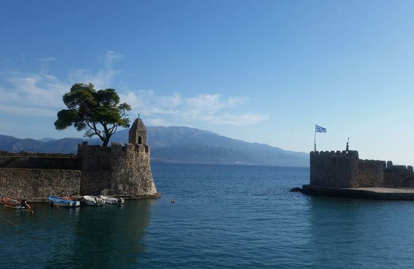 The port of Nafpaktos has the shape of a horseshoe with an opening of 35 meters. Left and right to the entrance are two towers.