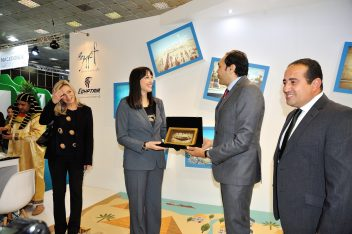 Greek Tourism Minister Elena Kountoura received an honorary plaque from the director of the Egyptian Tourism Authority for Greece, Italy, Cyprus and Malta, Emad Abdalla.