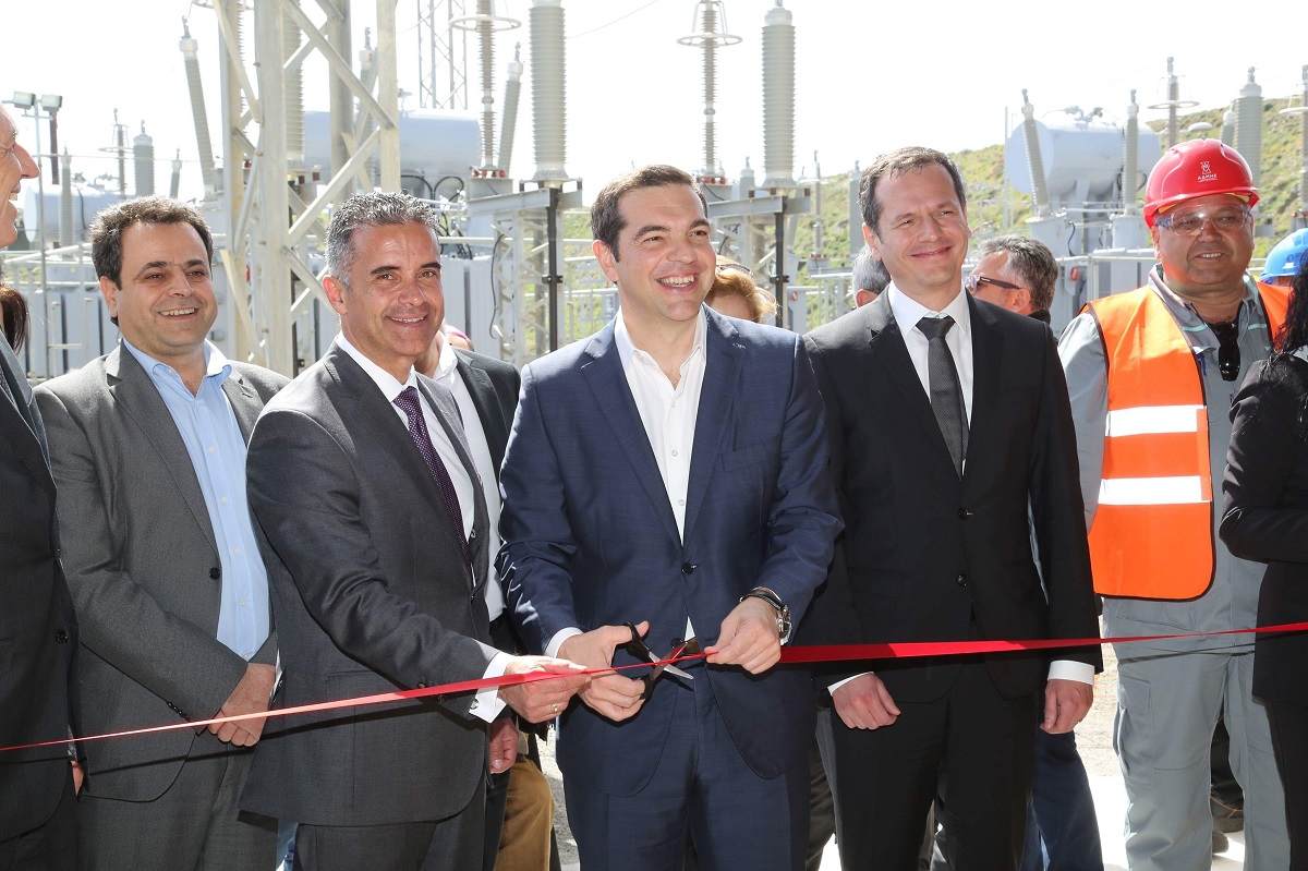 Greek Prime Minister Alexis Tsipras cut the ribbon of the facilities of the underwater cable link on the island of Syros.