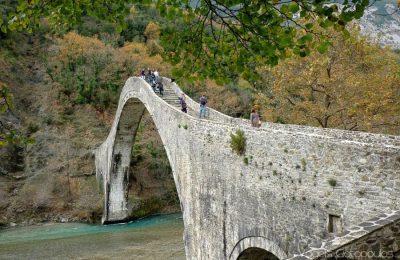 The stone arch Plaka bridge. Photo Source www.voreiatzoumerka.gr (Vagelis Giotopoulos)