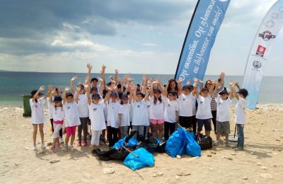 HELMEPA member Minoan Lines arranged a clean-up earlier this month at Freatida beach in Piraeus, with the aid children and teachers from the 2nd primary school of Nea Smyrni