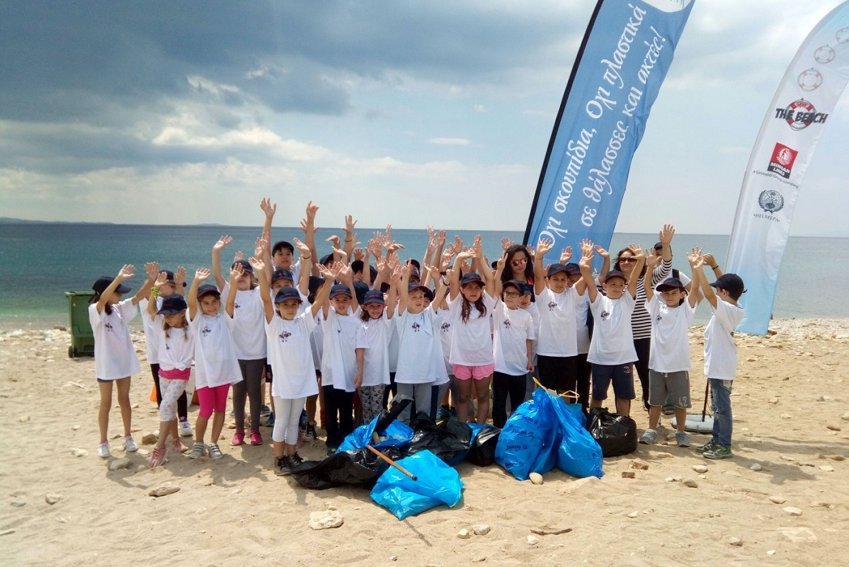 HELMEPA member Minoan Lines arranged a clean-up earlier this month at Freatida beach in Piraeus, with the aid children and teachers from the 2nd primary school of Nea Smyrni.