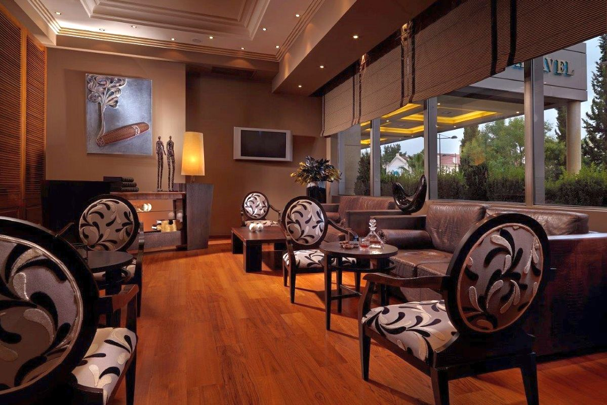 Cigar Lounge, Divani Caravel