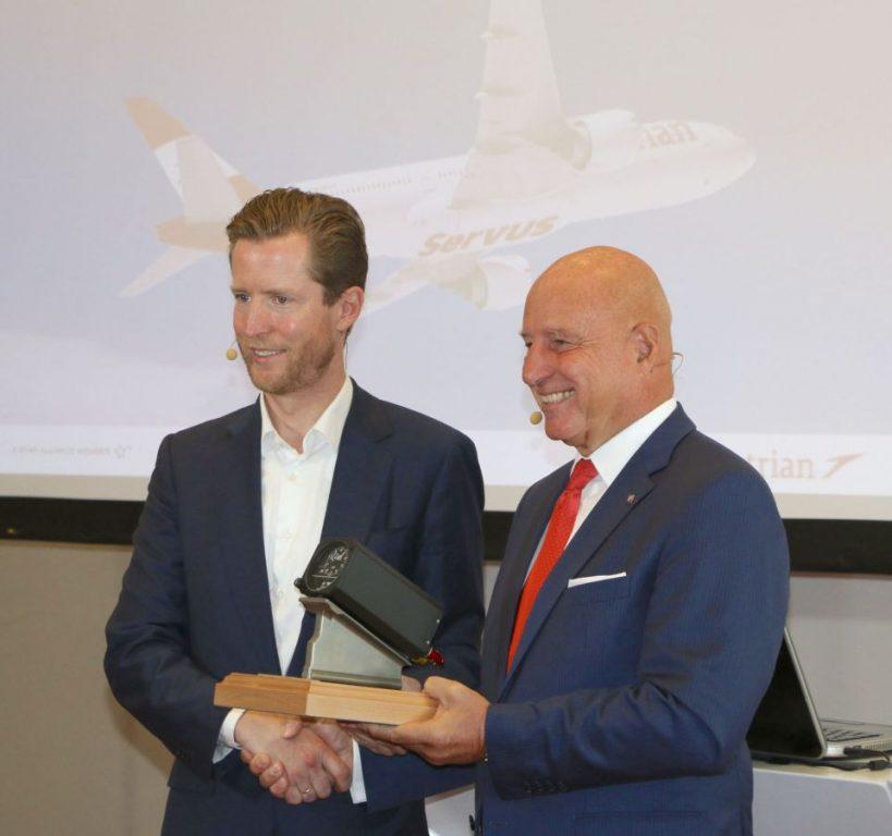 Kay Kratky hands over the CEO Altimeter to Alexis von Hoensbroech.