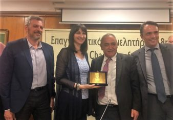Elena Kountoura was the first Greek tourism minister to attend a board meeting of the Athens Chamber of Tradesmen (EEA). Pictured is the minister after receiving a commemorative plaque from EEA President Ioannis Hadjitheodosiou. Photo source: Tourism Ministry