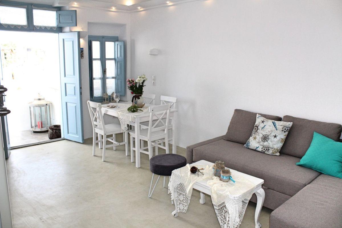 Linos Suites, Emporio, Santorini. Photo source: Aqua Vista Hotels