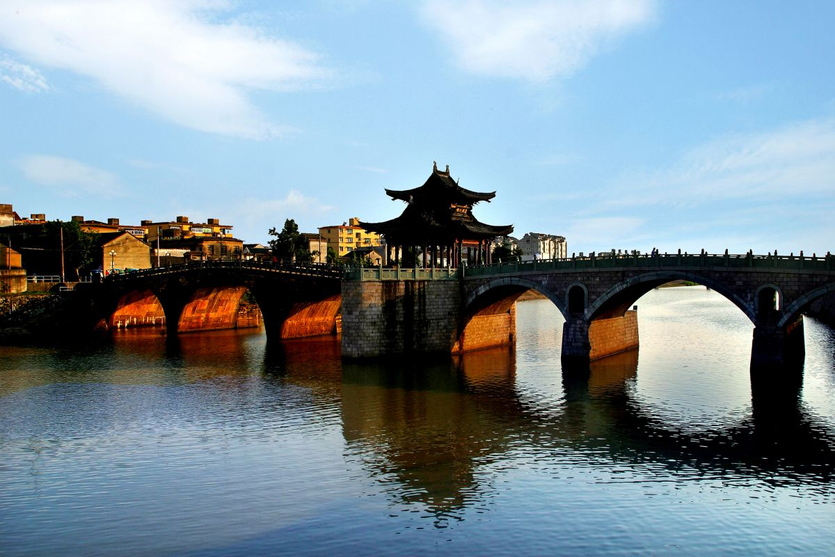 Tongji Bridge over the Beijing-Hangzhou Grand Canal. Photo source: Hangzhou Tourism Commission