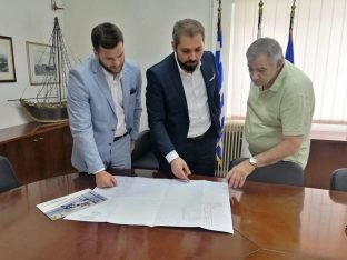 Elefsina Mayor George Tsoukalas with Hellenic Seaplanes CEO Nicolas Charalambous and Central Port Authority of Elefsina CEO Charalambs Gargaretas.