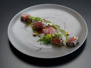 Tuna fish with sesame crust, wakame seaweed and soya sauce