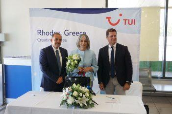 Fotis Chatzidiakos, Rhodes Mayor; Agapi Kalomiri, the aircraft's Godmother; and Michalis Mavropoulos, TUI Destination Services Regional Director for East Mediterranean.