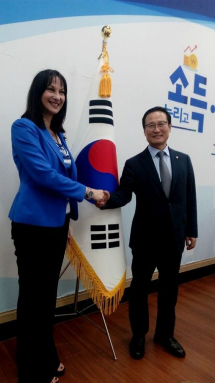 Greek Tourism Minister Elena Kountoura with Hong Young-pyo, the floor leader of the ruling Democratic Party.