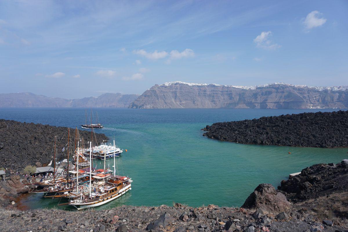 View to Nea Kameni pier. Photo © GTP