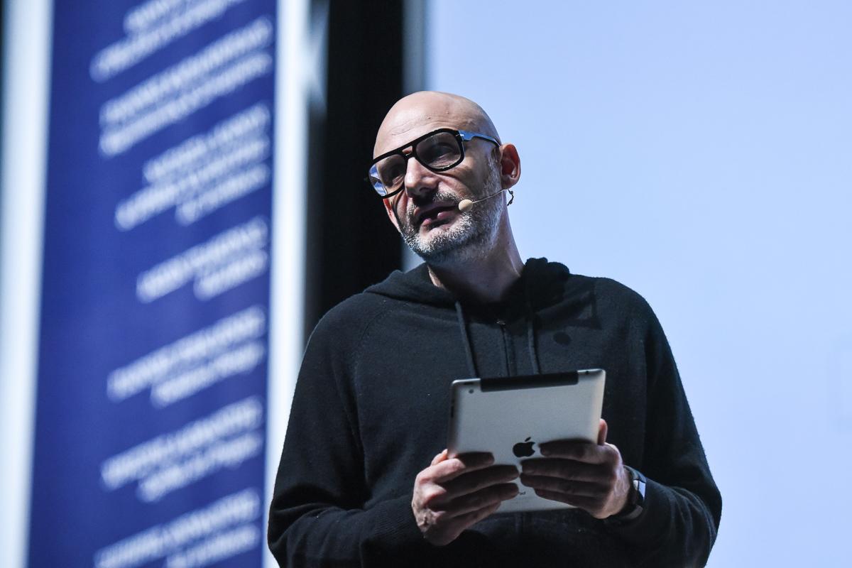 Ο εικαστικός και ιδρυτής της Athens Biennale, Poka-Yio.