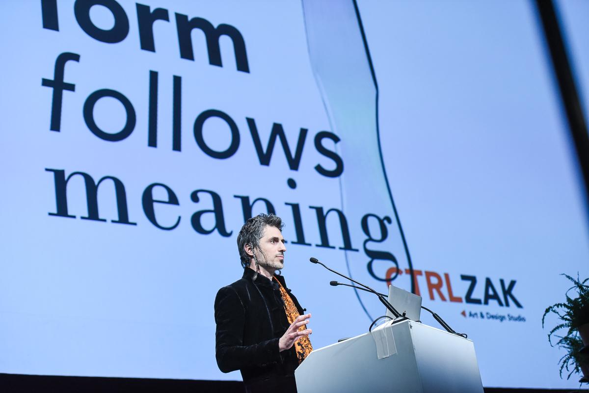 Ο Θάνος Ζακόπουλος, συνιδρυτής του γραφείου CTRLZAK Art & Design Studio.