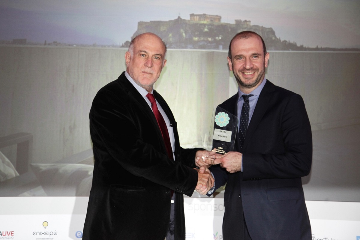 NJV Athens Plaza Assistant Director of Sales (right) received the award from George Vernicos, President of the Economic and Social Council of Greece (OKE).
