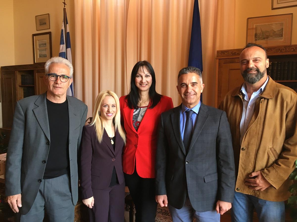 Tourism Minister Elena Kountoura with Ermoupolis-Syros Mayor Giorgos Maragkos, Deputy Mayors Thomai Mendrinou and Domenikos Sagkinetos, and the President of the Municipal Port Fund Dimitris Kosmas.