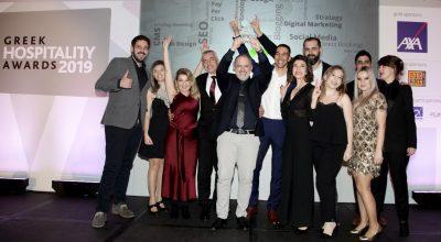 Ο CEO Δημήτρης Σερίφης με την ομάδα της Nelios, κατά την παραλαβή του χρυσού βραβείου στην κατηγορία Best Digital Marketing Agency .