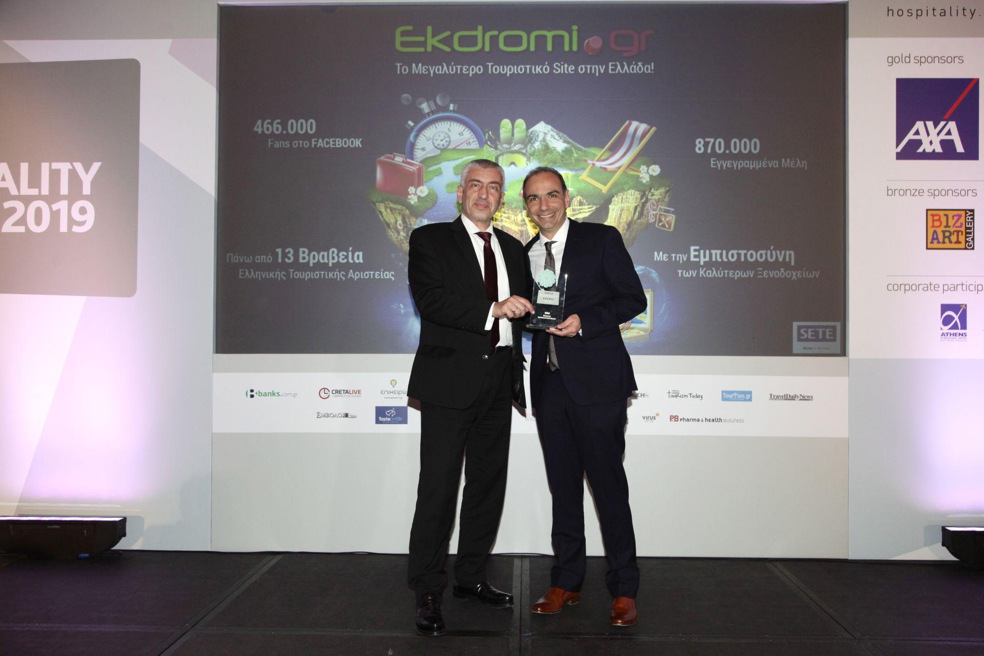 Ο Αργύρης Μάνιος, Εμπορικός Διευθυντής του Ekdromi.gr, παραλαμβάνει το χρυσό βραβείο Best Internet Sales Channel.