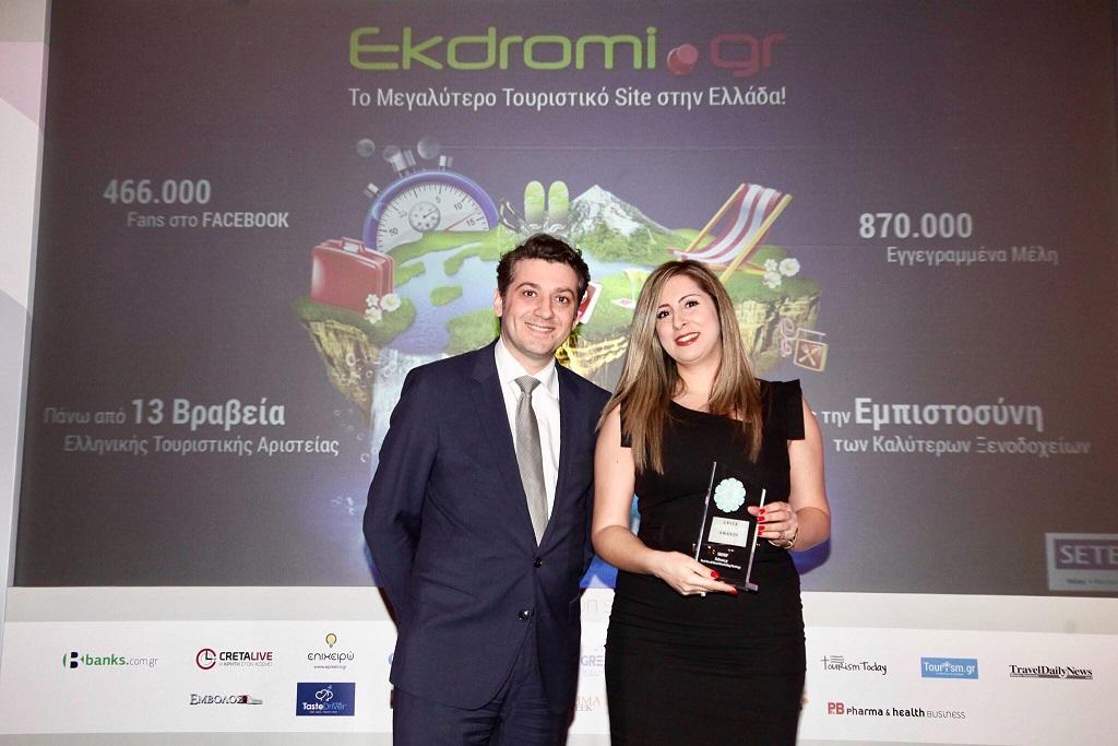 Η Άννα Σακκομήτρου, Contract Manager του Ekdromi.gr, παραλαμβάνει το αργυρό βραβείο Best Greek Hotel Marketing Strategy.